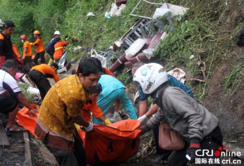 印尼旅游大巴侧翻27死20余伤