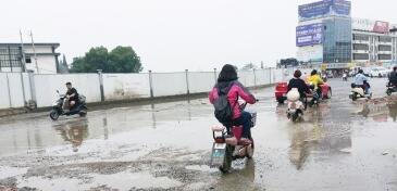 路面坑洼致死3000多人 印民众抗议很特别:砸地!