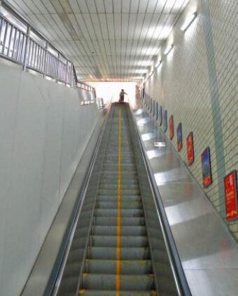 罗马一地铁站自动扶梯失控多乘客坠落 至少20人伤