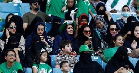 沙特举行国内男足联赛 女性首次被允许进入观赛