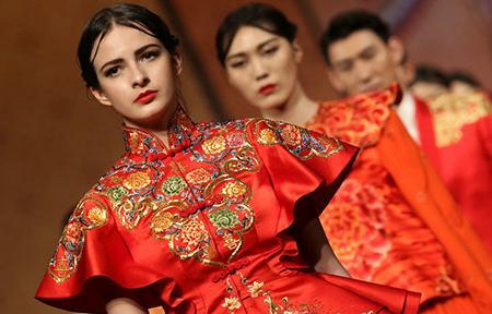 外媒称中国元素成为国际时尚:旗袍成经典服装