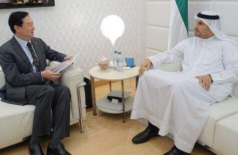 阿联酋阿布扎比王储与英国外交大臣讨论双边关系和地区局势