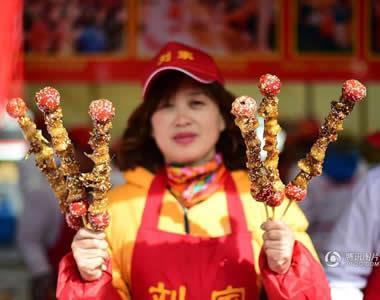 青岛庙会现红烧肉糖葫芦 画风辣眼销售火爆