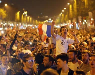 时隔12年再进世界杯决赛 法国沸腾了!