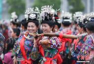 贵州丹寨举行苗族服饰展演巡游活动