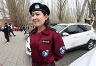 新疆旅游警察亮相 贝雷帽配酒红色制服