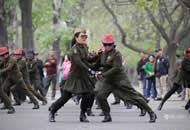 北京大爷大妈军装配墨镜跳广场舞 很炫酷