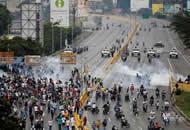 委内瑞拉经济低迷 数十万人上街反对总统