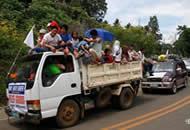 菲律宾南部战乱 大量平民乘车撤离