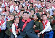 金正恩戴红领巾与儿童互动 望培养接班人气概