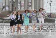 """乌克兰中学生庆祝毕业 喷泉""""湿身""""欢庆"""