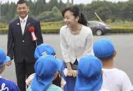 日本佳子公主出席马术比赛开幕式 笑容甜美