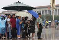 天安门广场执勤武警将伞让群众 自己淋雨