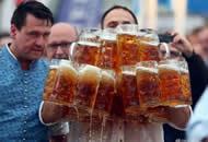 德国男子双手端起29杯啤酒破世界纪录
