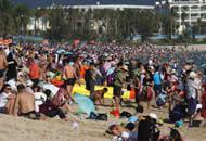 大年初一的海南三亚 海滩上人潮涌动如下饺子