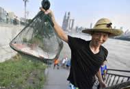 重庆洪峰过境 市民江中捕鱼