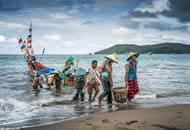 印尼男子出海捕鱼 妻子翘首以盼