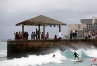 26年来罕见飓风逼近夏威夷 民众海边冲浪