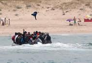 西班牙游客正日光浴 难民成群跑了上岸