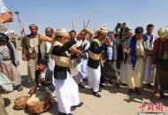 也门萨那举行大型集体婚礼 新郎扛枪参加