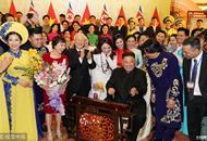 金正恩弹奏越南传统民族乐器