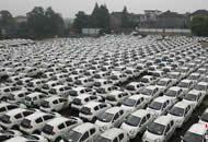 汽车坟场?三千辆被淘汰共享汽车停江边