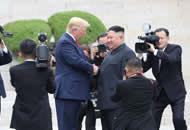 特朗普与金正恩在板门店会面握手